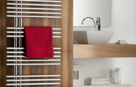 Koupelnové topení stříbrné na dřevě
