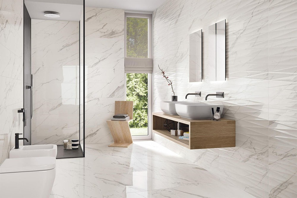 Jednoduchá bílá koupelna
