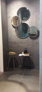 Zrcadlo a šedivé obklady