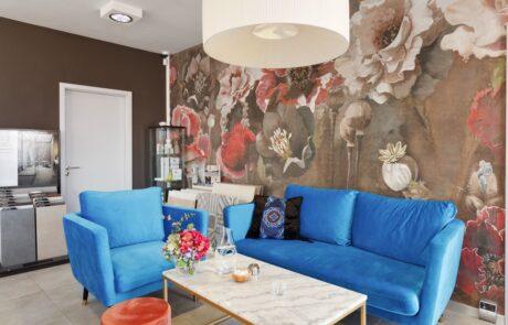 Modrá sedačka v koupelnovém studiu